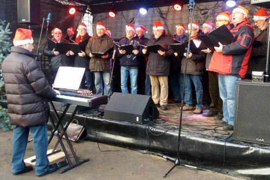 Joachim Schabik begleitet den Chor bei einigen Liedern