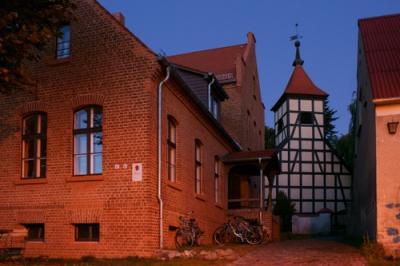 Alte Schule und Bergholzer Kirche am Abend