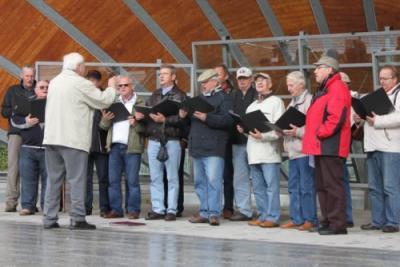 Der Chor tritt in einer Konzertmuschel in den Kaiserbädern auf